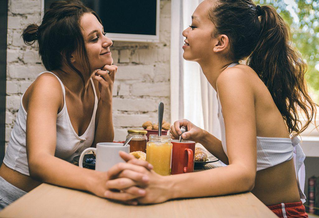 pareja de chicas lesbianas novias